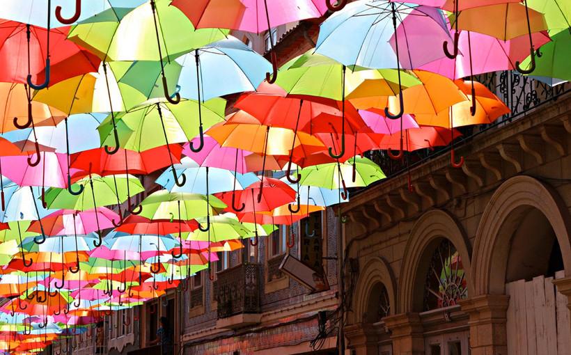 От дождя и солнца. Разноцветная инсталляция на улицах Португалии