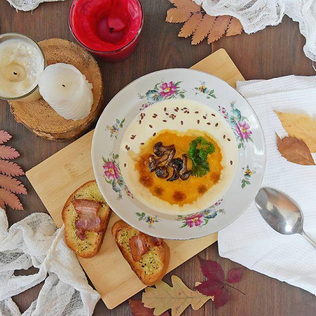 """Хэштег #sakumasweets_рецепты 😛 Лайк не глядя - пока фоткала, суп остыл ⠀В своем блоге я неоднократно признавалась в любви к тыкве ️ Неудивительно, что я достаточно часто из нее готовлю. И одно из самых любимых моих блюд - тыквенный супСегодня хочу поделиться с вами своим фирменным рецептом, по которому это блюдо получается оооочень вкусным!⠀Что нужно (примерно 4 порции):-Тыква (очищенная) - 300 грамм-Морковь - 2 шт.-Лук - 1 шт. (крупная)-Картофель - 3 шт.⠀Для подачи:-Чеснок - 3 зубчика-Хлеб (батон)-Бекон - 100 гр.-Грибы - 100 гр.-Сливки 20% - 1 стакан-Соль и перец - по вкусу-Зелень-Семечки (льняные, подсолнуха, кунжут, в идеале - тыквенные).-Сметана-Вустерский соус⠀Что делать:1. Тыкву и картофель нарезать крупным кубиком, отправить в кастрюлю и залить водой (чтобы она практически покрывала овощи), поставить вариться до готовности. Вместо воды можно использовать мясной или овощной бульон.⠀2. Лук мелко нашинковать, морковь натереть на тёрке и обжарить на небольшом количестве подсолнечного масла до золотистости. Иногда в поджарку я добавляю ложку томатной пасты (если она есть).⠀3. Пока все булькает и шкворчит на плите, подготовить """"топпинги"""" для супа. Вообще, в него можно положить практически все, что есть в холодильнике: грибы, обжаренные крупными кусками овощи, бекон, слабосоленую сёмгу и т.д. Мы с мамой очень любим собирать грибы, и большую часть собранного замораживаем, поэтому сей игредиент в наличии почти всегда. Так вот, грибы нужно обжарить (лесные  жарятся 25-30 минут, шампиньоны - 10-15). 4. Готовую пассеровку отправить вариться к тыкве и картофелю.4. Гренки. Я не люблю добавлять их в суп, т.к. они моментально размокают и превращаются в противную по консистенции массу , поэтому делаю крупные гренки """"вприкуску"""" к супу. Нужно нарезать батон и натереть его давленым чесноком. Гренки отправить в духовку под включенный гриль минуты на три. Кстати, сверху на гренки можно положить бекон, или обжарить его пару минут на сковороде без масла и выложить на готовые гренки """
