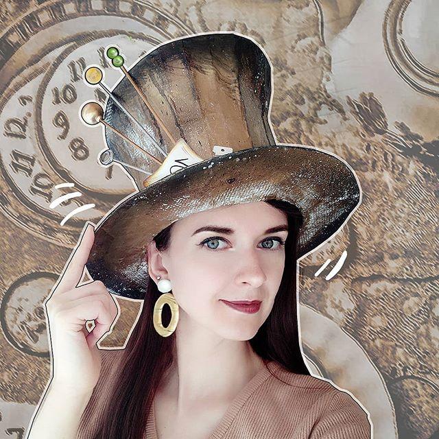 Иногда не знаешь, с чем носить то или иное украшение. Кажется, я нашла отличный вариант для своих (#сапожникссапогами ) крупных серёжек: цилиндр Шляпника!Ну как - идёт мне? З.ы.: для тех, кто не смотрит мои сторис: эту шляпу я сделала #своимируками из подручных материалов (в основном, это бумага, картон и клей), и ей уже не мало лет. Я работаю художником-декоратором, и достаточно часто приходится делать всевозможный реквизит  И эта шляпа - тот самый реквизит  А я , на правах создателя, пользуюсь служебным положением