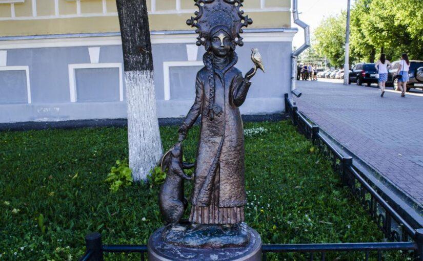"""Изящная или """"слишком маленькая"""": памятник Снегурочке в Костроме не оставил никого равнодушным"""